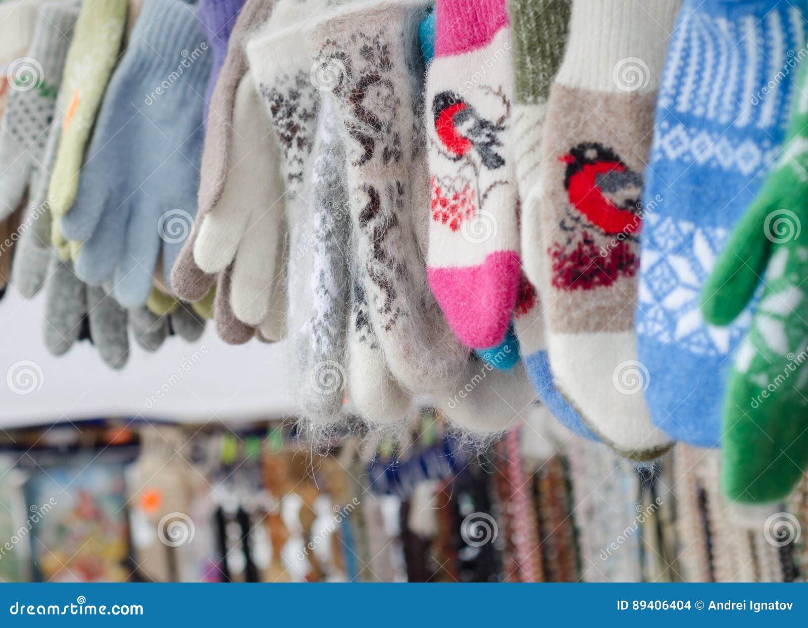 Muitos luvas e mitenes coloridos do inverno