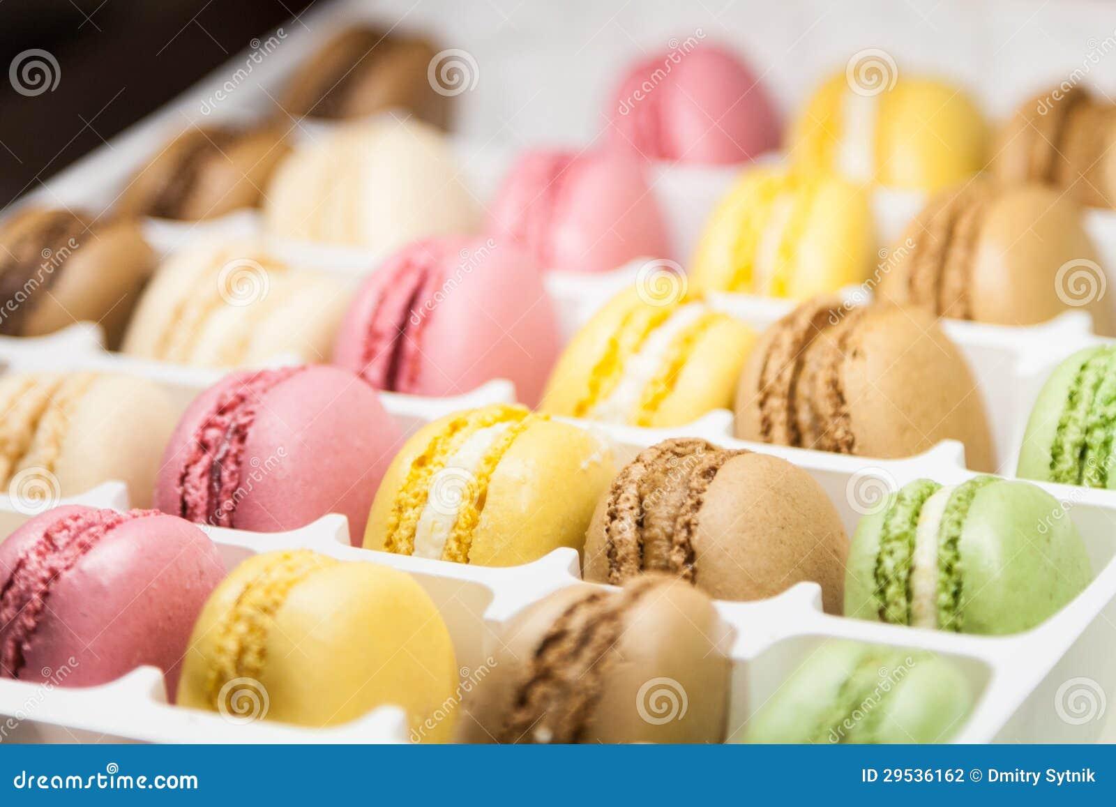 Muitos macaroons doces variegated na caixa