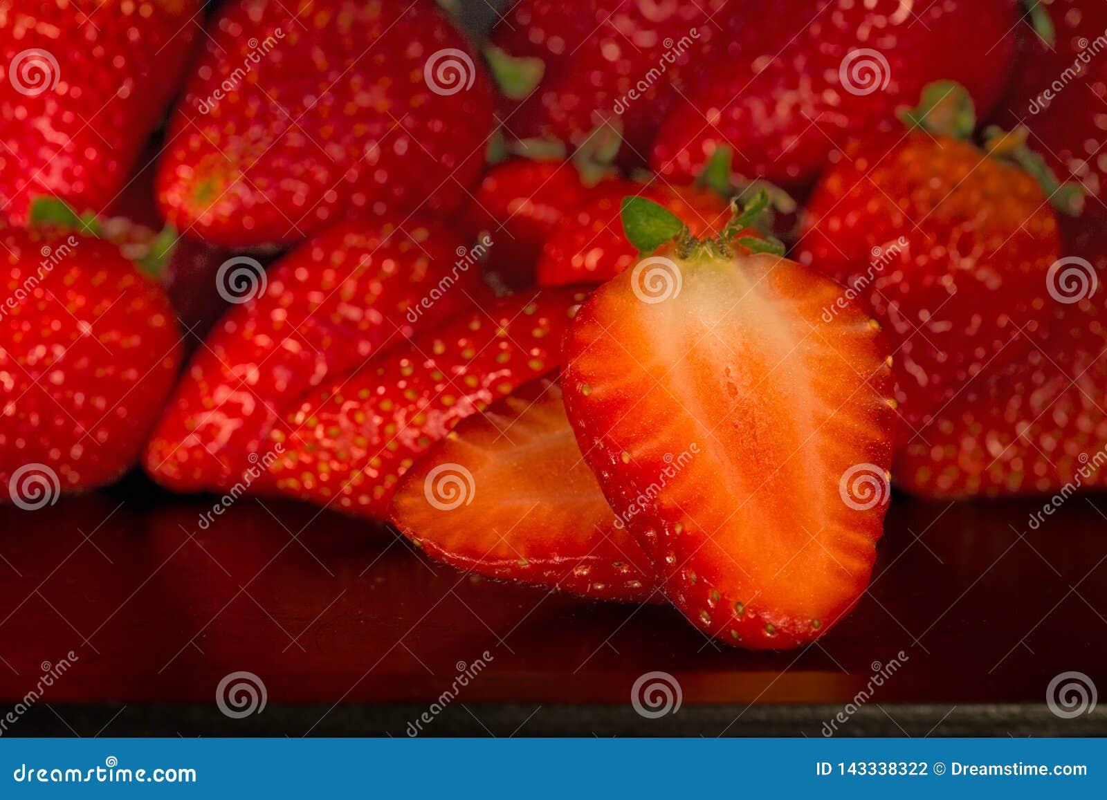 Muitos strawbarries na bandeja preta