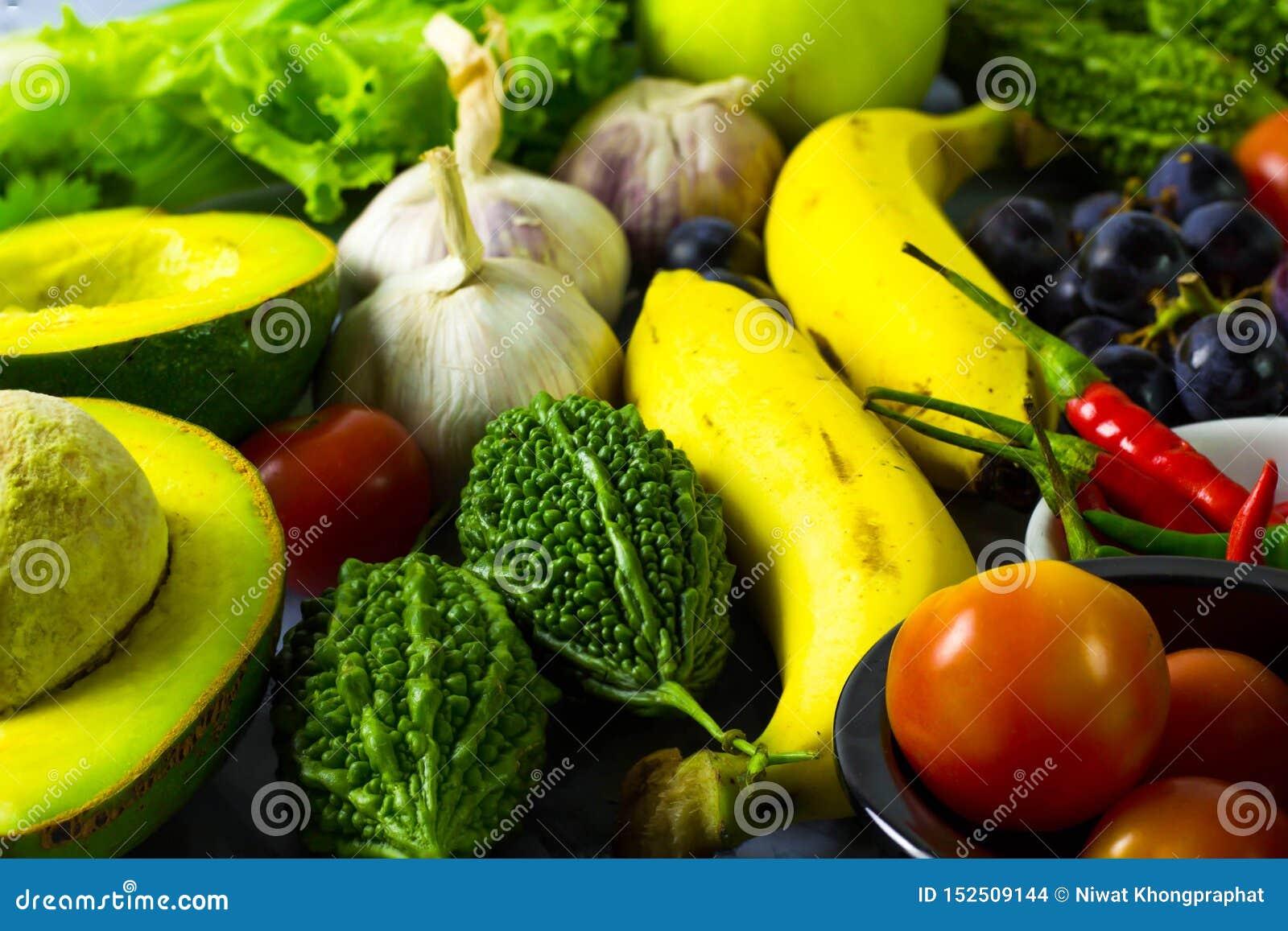 Muitos tipos das frutas e legumes