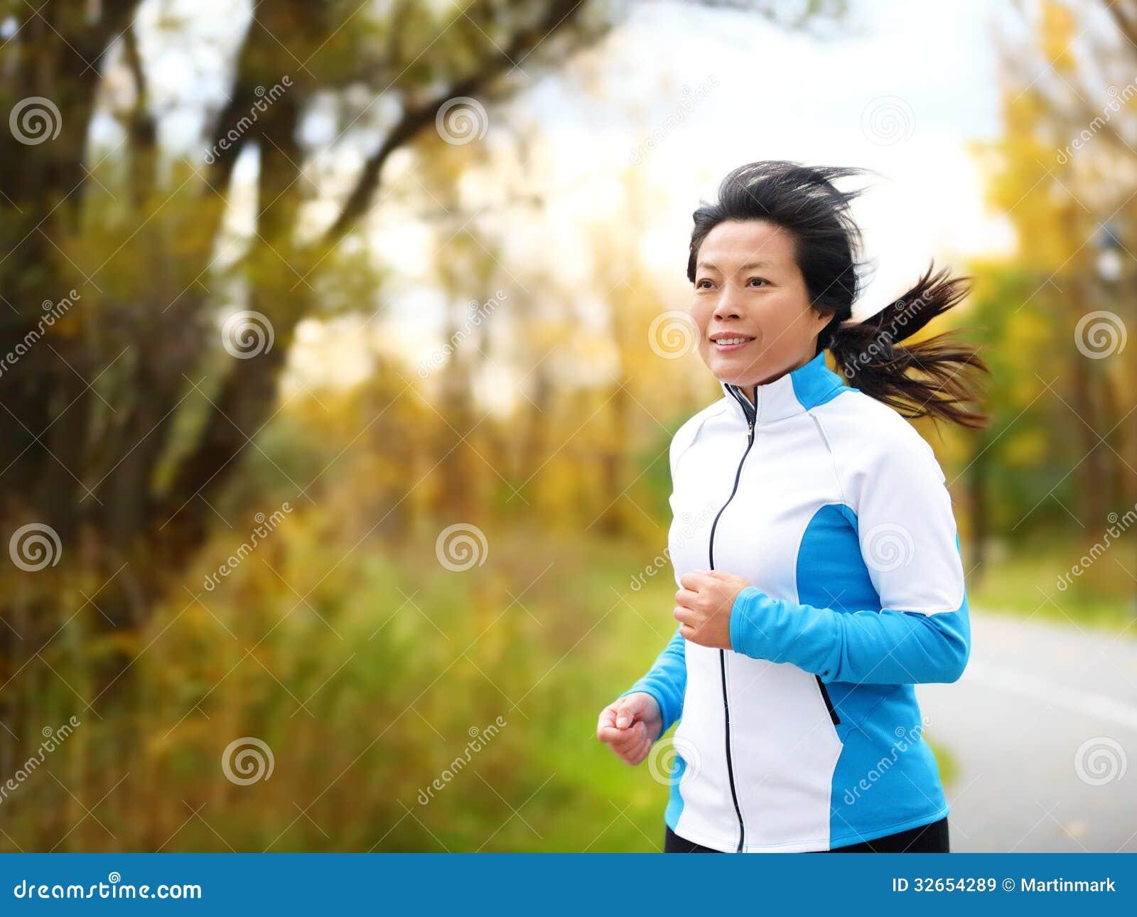 Mujer activa en su funcionamiento 50s y activar