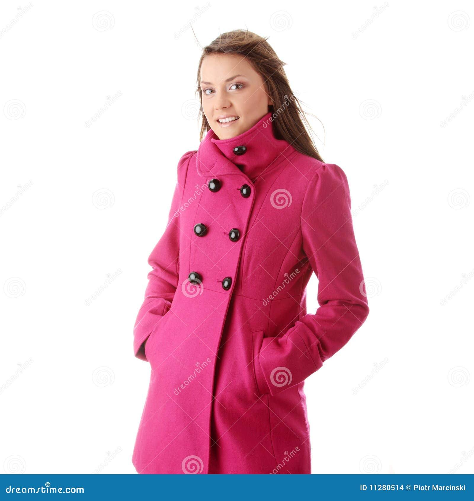 Mujer adolescente en capa femenina rosada