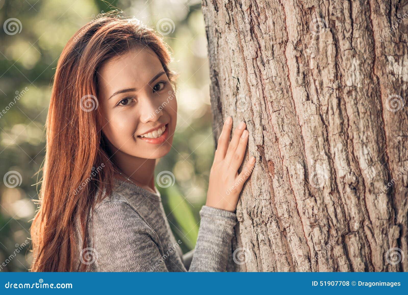 Chica humillada en el bosque