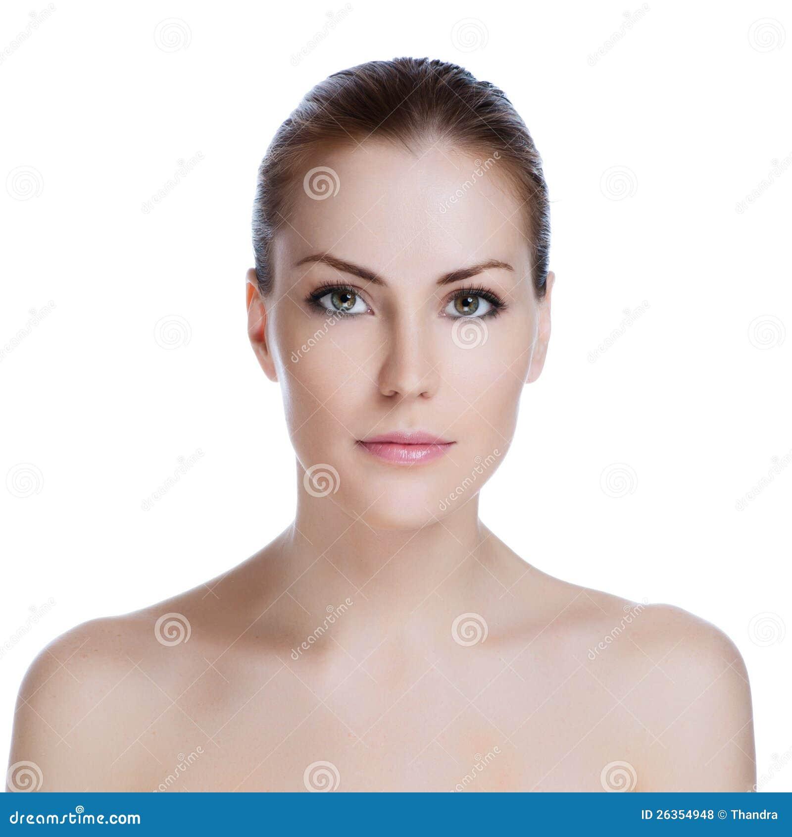 Mujer adulta joven con la piel de la salud de la cara