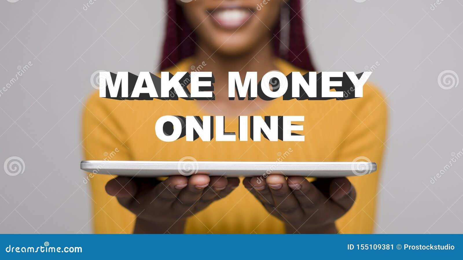 Mujer africana joven que hace el dinero en línea fácilmente con el ordenador portátil