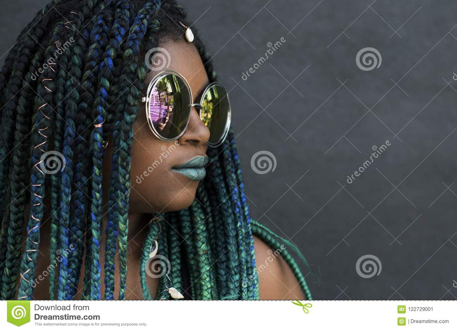 Mujer afroamericana con Teal Green Blue Braids hermoso