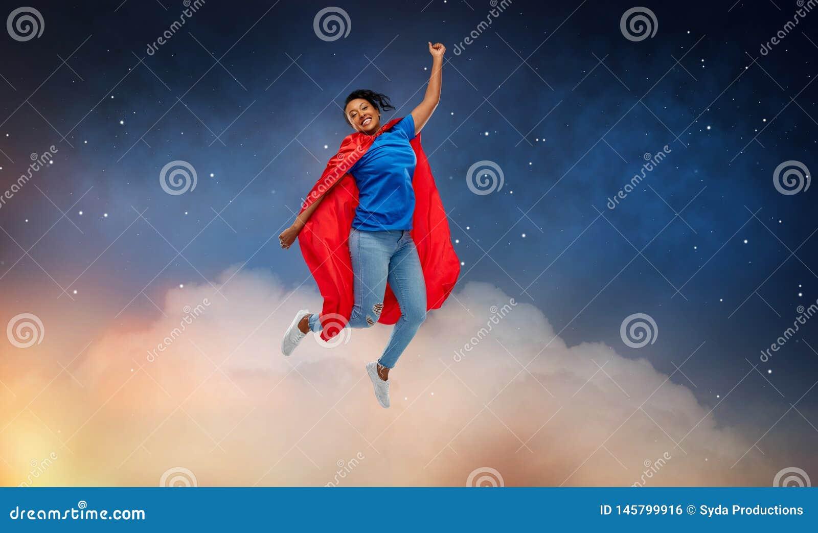 Mujer afroamericana feliz en cabo rojo del super h?roe