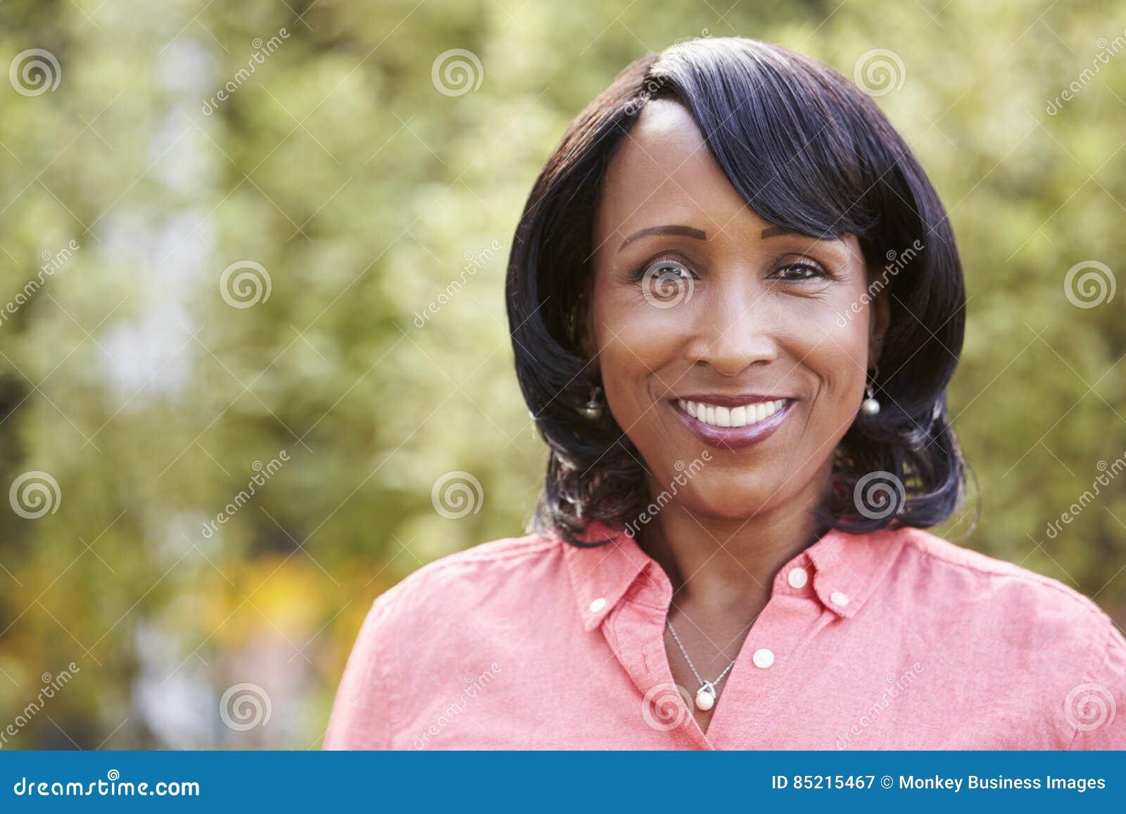 Mujer afroamericana mayor sonriente, horizontal, retrato