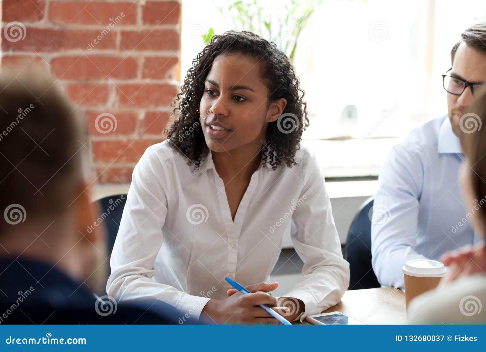 Mujer afroamericana que habla en la reunión de compañía