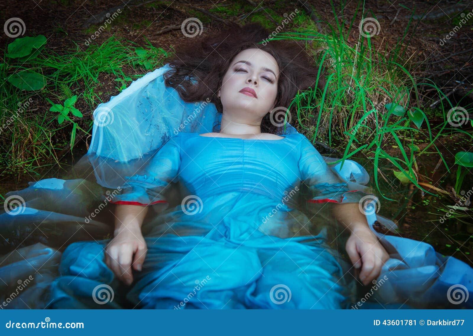 Mujer ahogada hermosa joven que miente en el agua