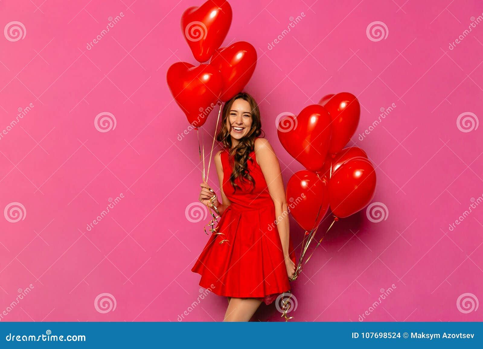 Mujer Alegre Con Los Balones De Aire En Forma De Corazón El Día Del ...