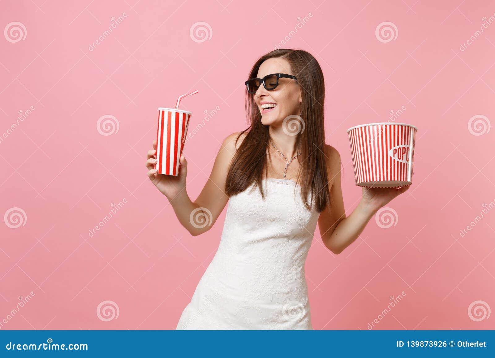 Mujer alegre de la novia en vestido de boda, los vidrios 3d mirando la película de cine, sosteniendo el cubo de palomitas, taza p