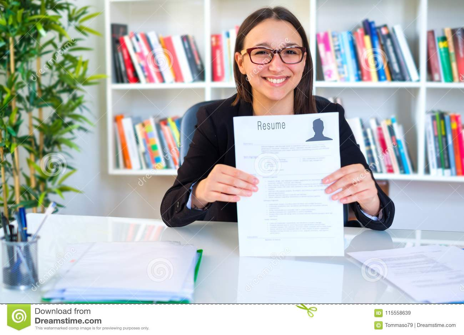 mujer alegre sonriente de los jvenes que lleva a cabo su curriculum vitae
