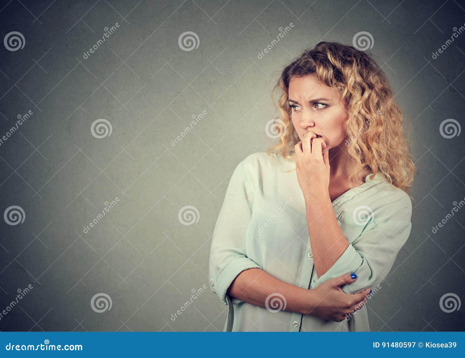 Mujer Ansiosa Del Retrato Que Muerde Sus Uñas Que Anhelan Para Algo ...