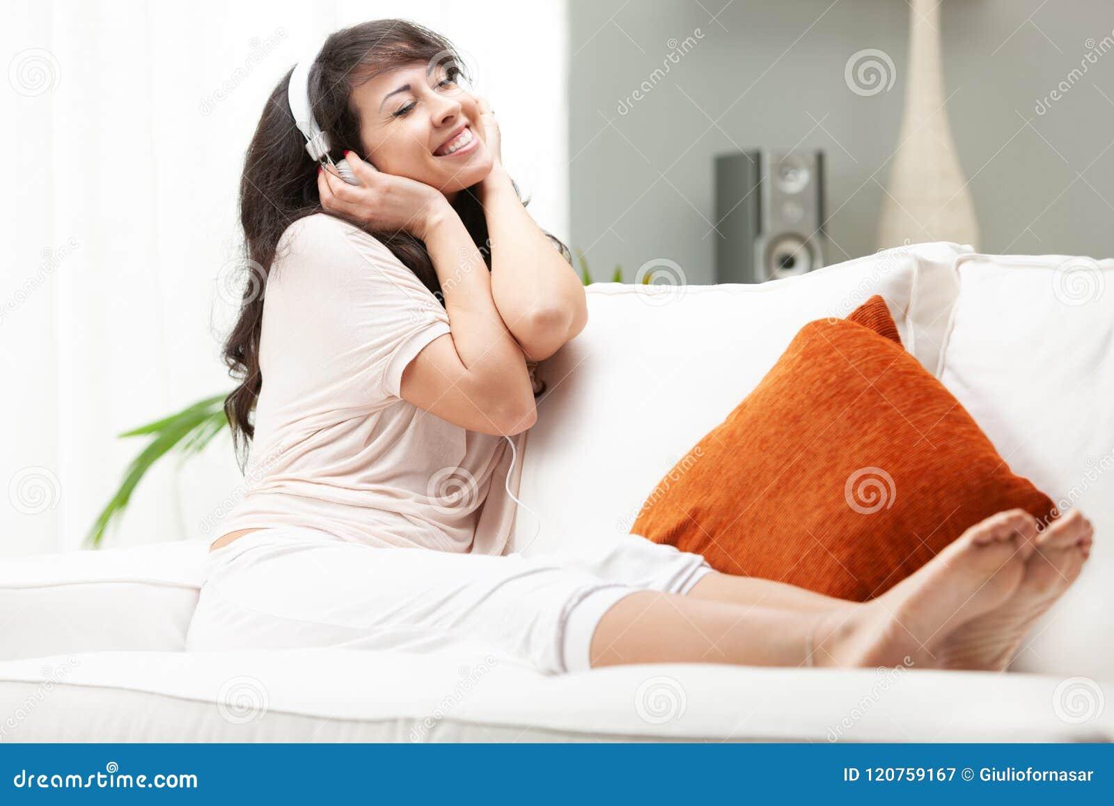 Mujer apasionada que escucha la música