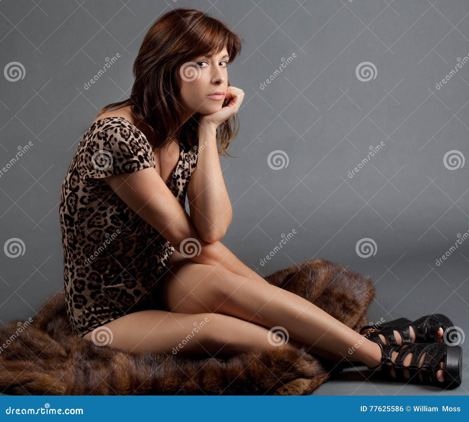 Mujer asentada en la piel