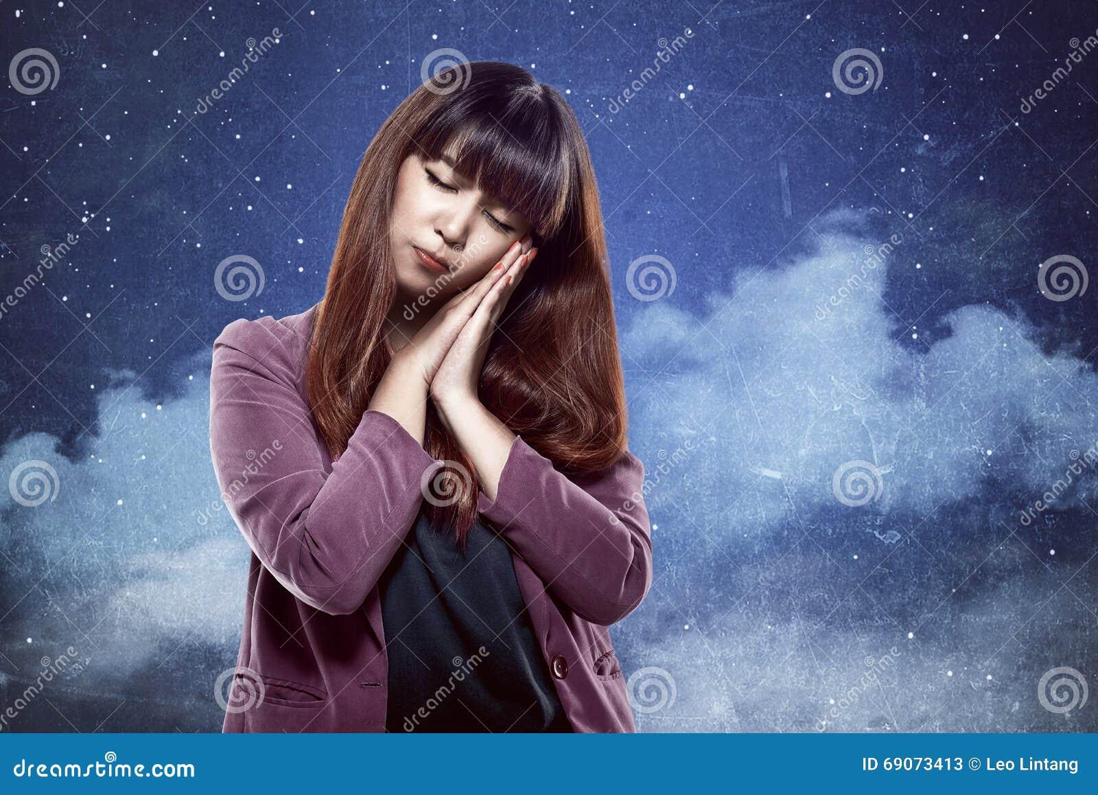 Mujer asiática con gesto soñoliento