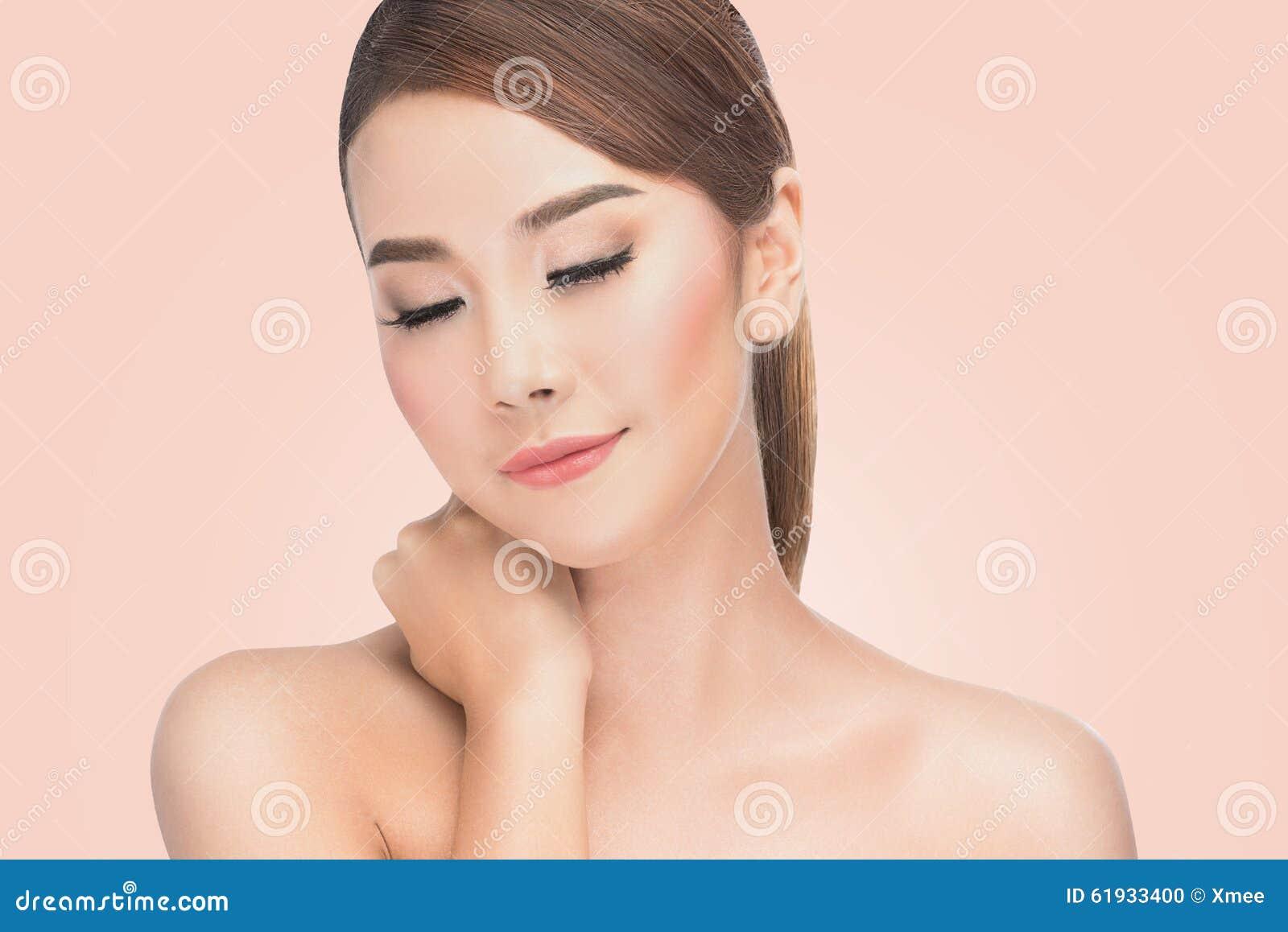 Mujer asiática de Beautifu en el balneario, retrato de la hembra hermosa con los ojos cerrados del placer, cosméticos naturales,