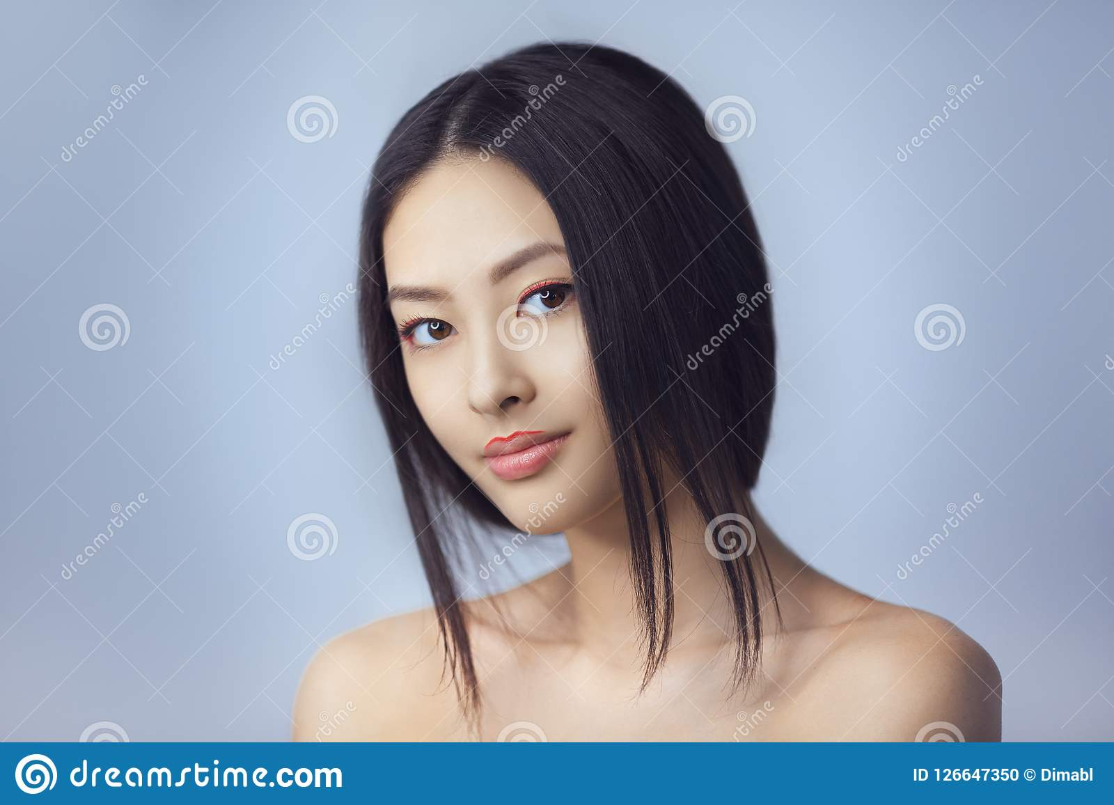 Mujer asiática de la belleza con maquillaje creativo Retrato del primer Muchacha sonriente