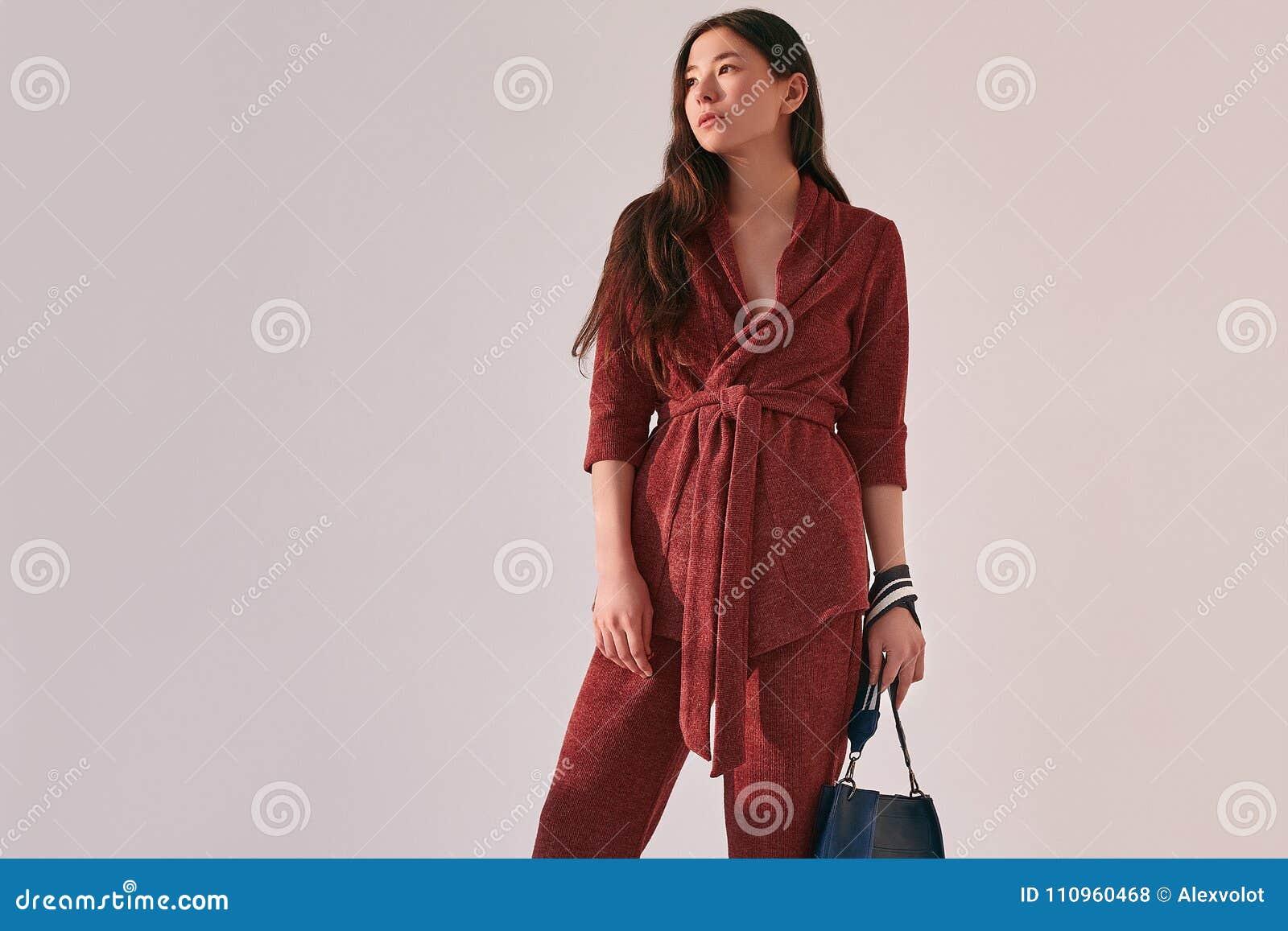 Mujer asiática elegante en traje rojo de moda