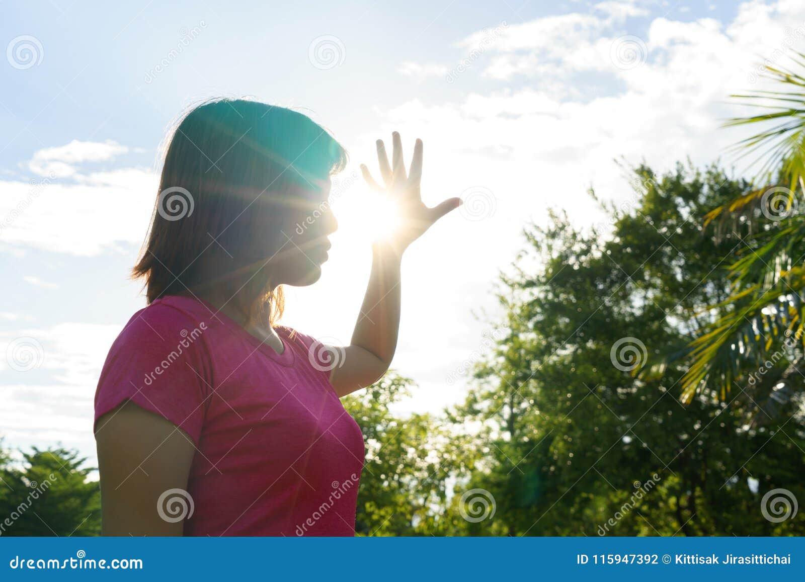 Mujer asiática en el verano caliente - concepto del golpe de calor