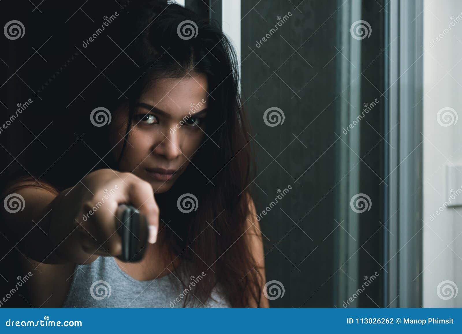 Mujer asiática enojada que sostiene el cuchillo