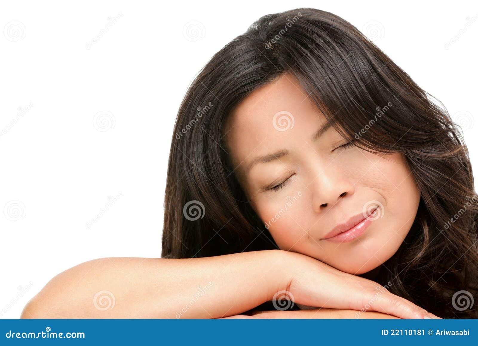 Mujer asiática envejecida media madura durmiente