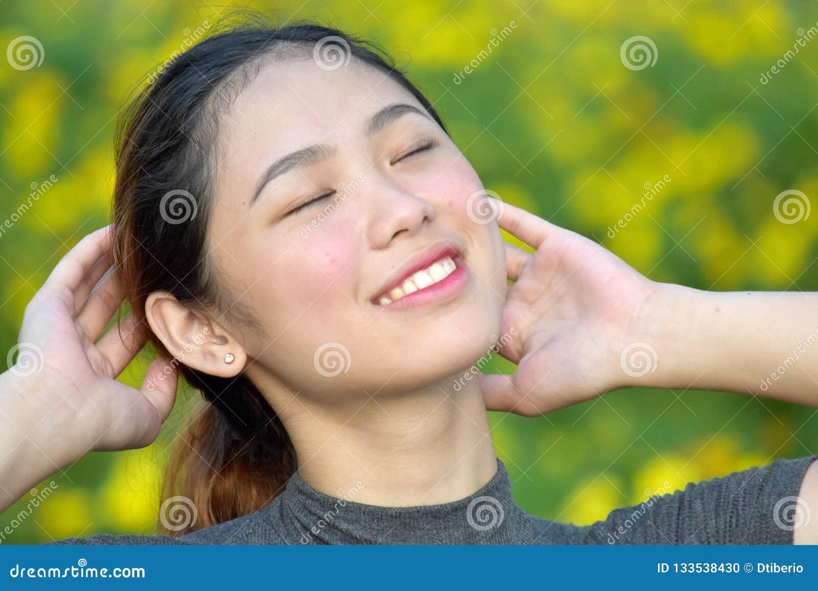 Mujer asiática hermosa que se relaja