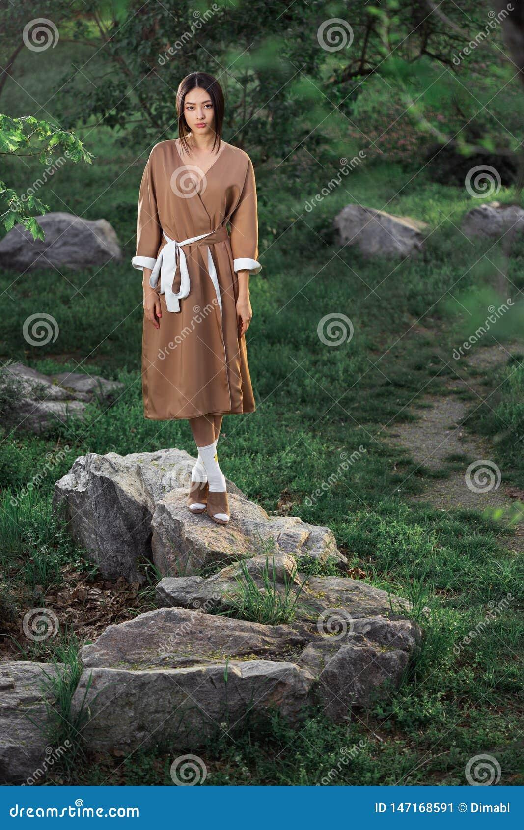 Mujer asi?tica en kimono japon?s tradicional al aire libre
