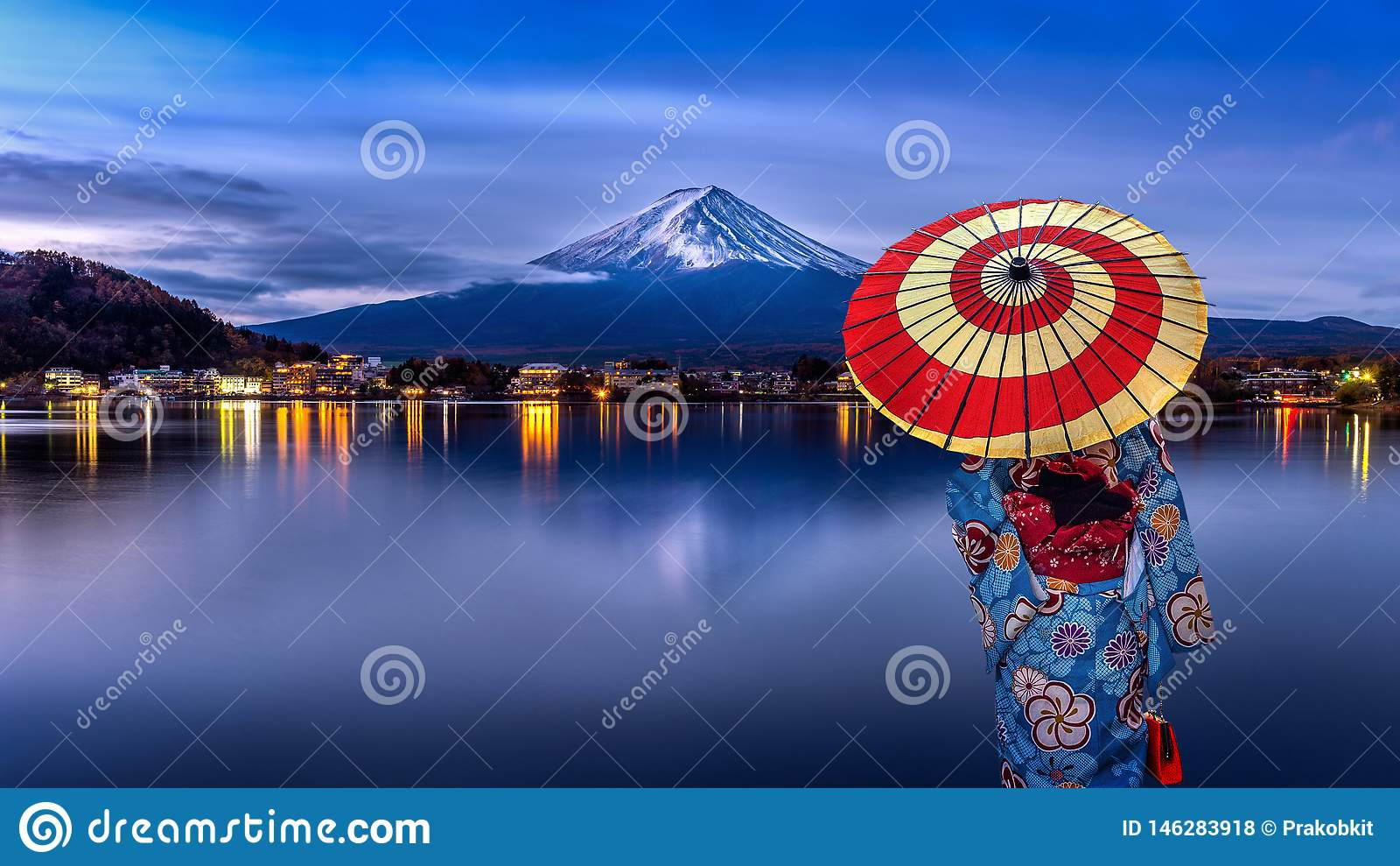 Mujer asi?tica que lleva el kimono tradicional japon?s en la monta?a de Fuji, lago Kawaguchiko en Jap?n