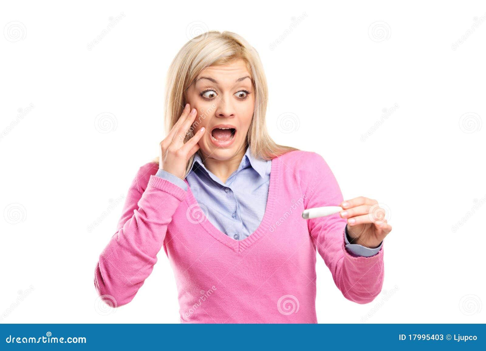 Mujer asustada que lleva a cabo una prueba de embarazo positiva
