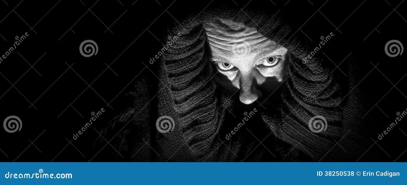 Mujer asustadiza en la cubierta, panorama