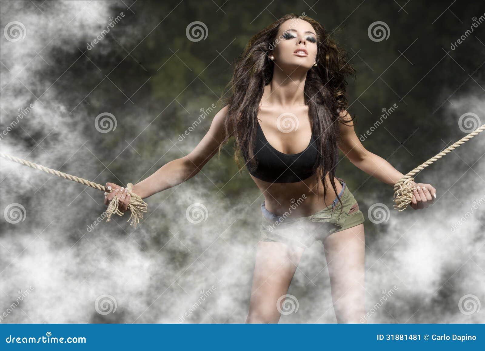 Chica atada en rack