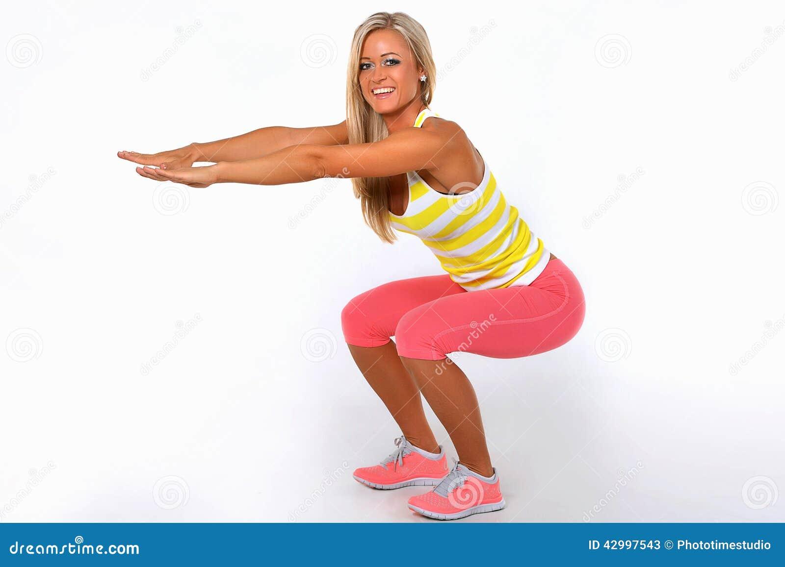 Mujer atlética que hace yoga