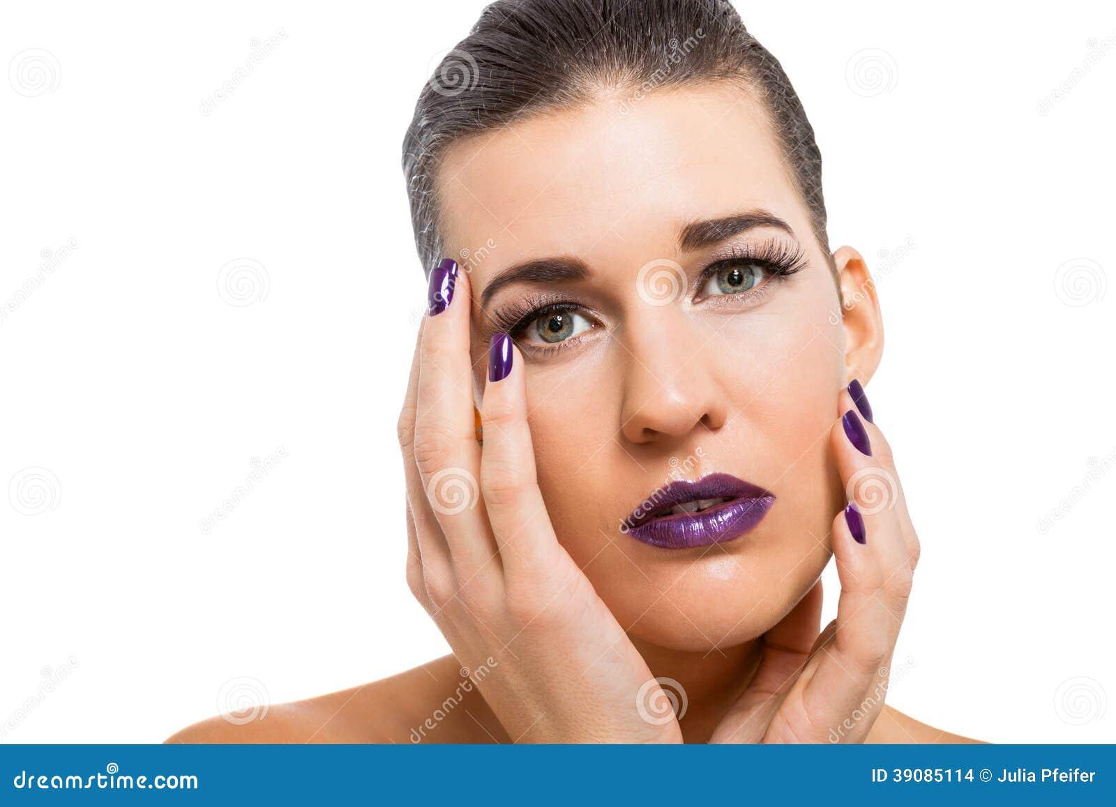 Mujer atractiva agraciada con los labios púrpuras