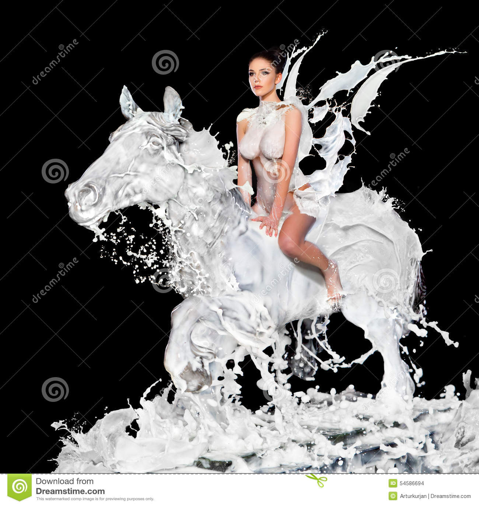 Mujer atractiva con el caballo de la leche