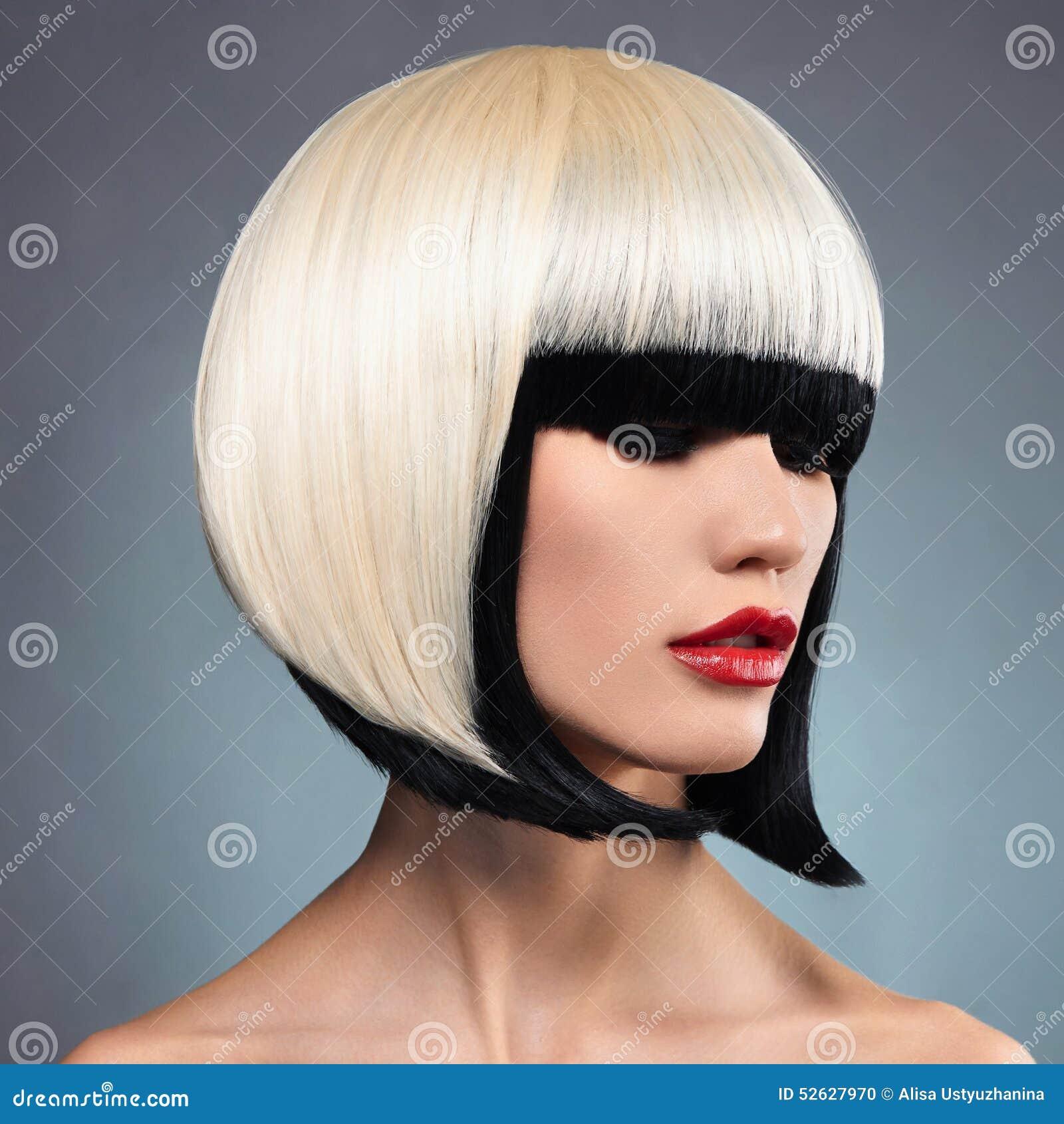 Mujer atractiva con el peinado de la sacudida