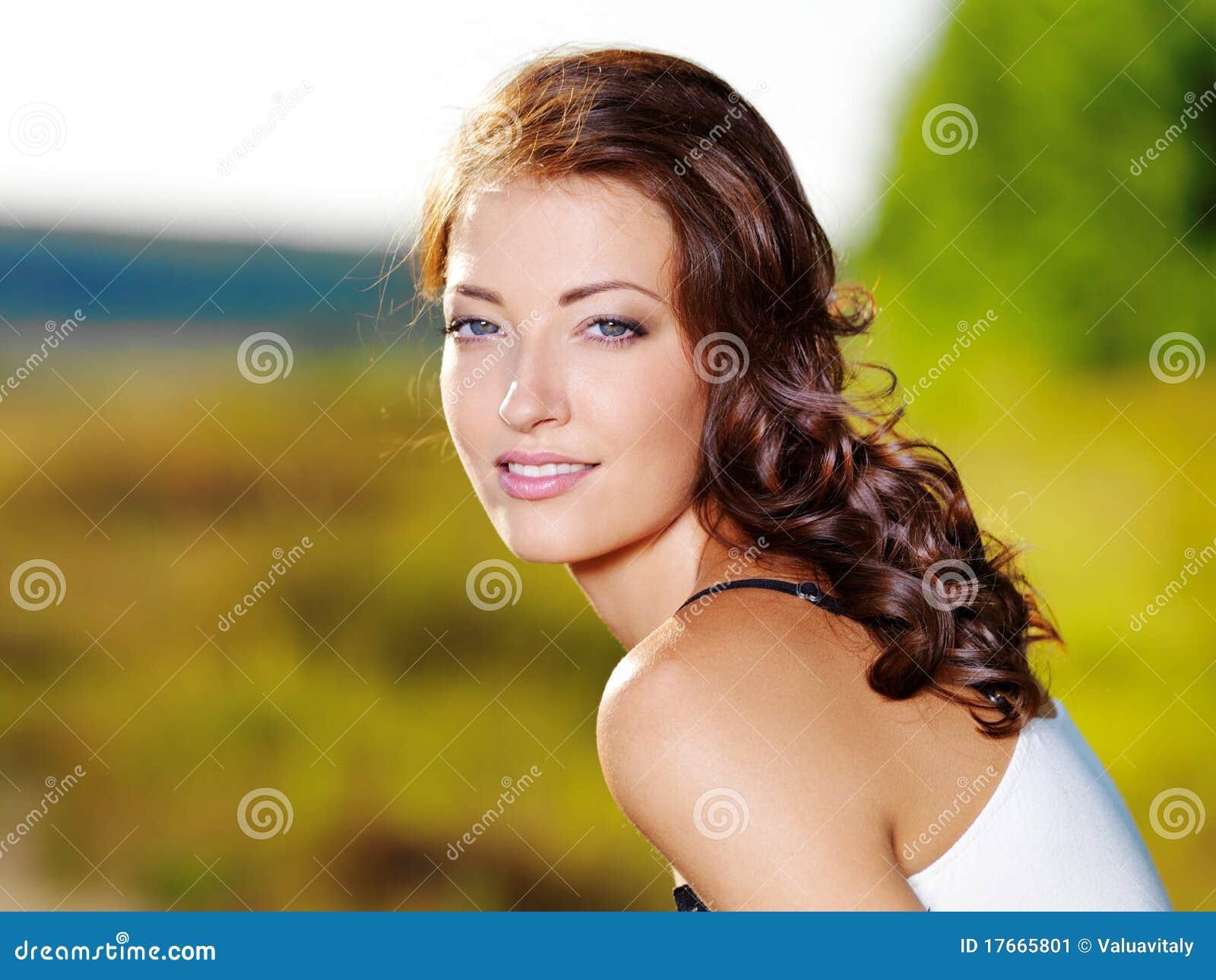 Mujer atractiva con la cara hermosa al aire libre