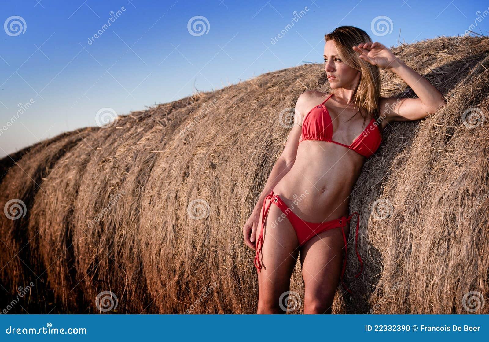 Mujer atractiva en bikiní