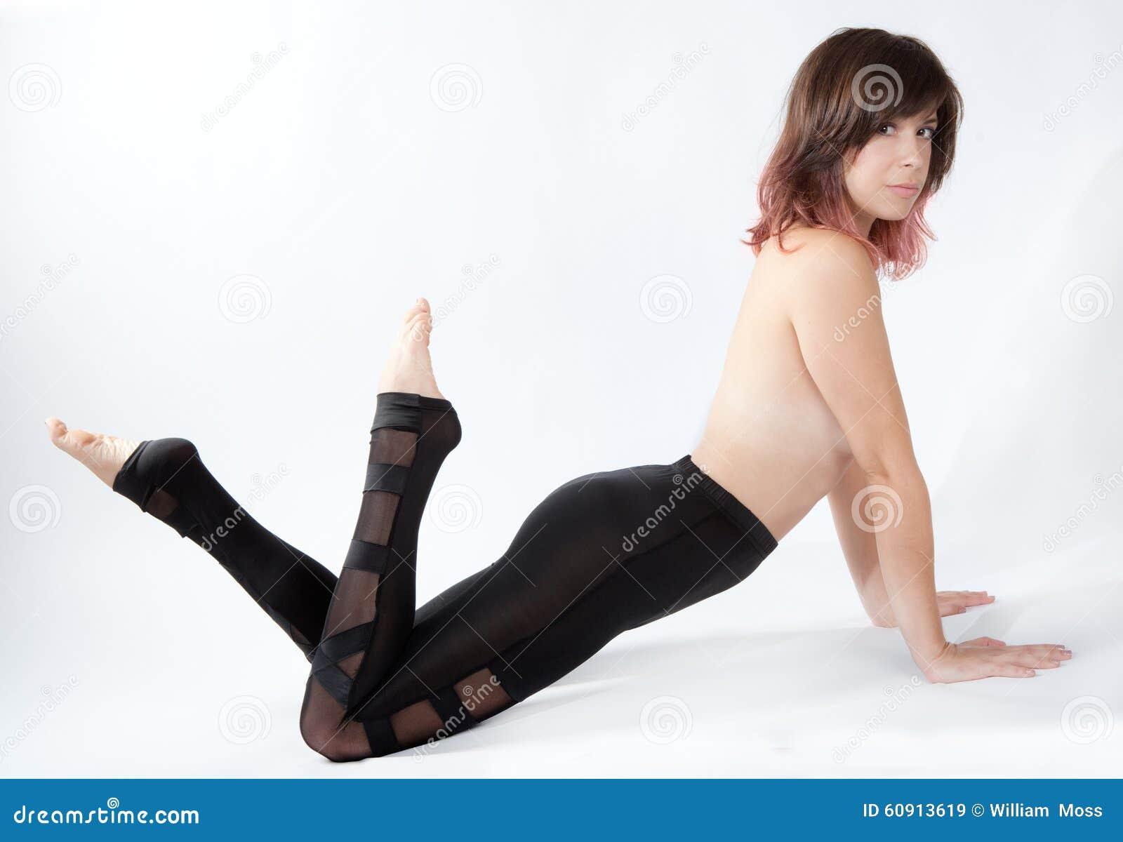 Mujer atractiva en polainas brillantes