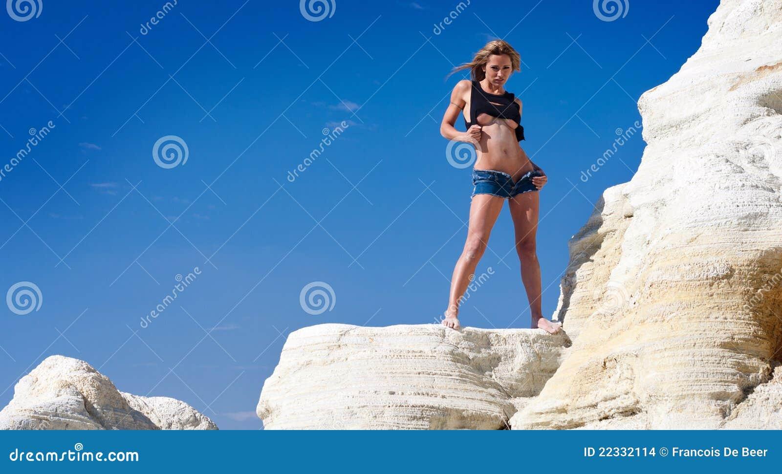 Mujer atractiva en rocas