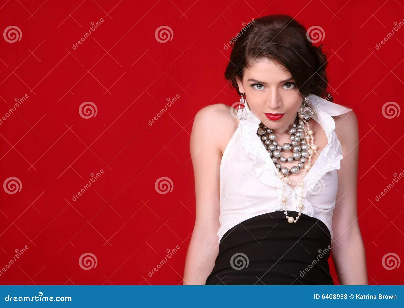 Mujer atractiva en rojo