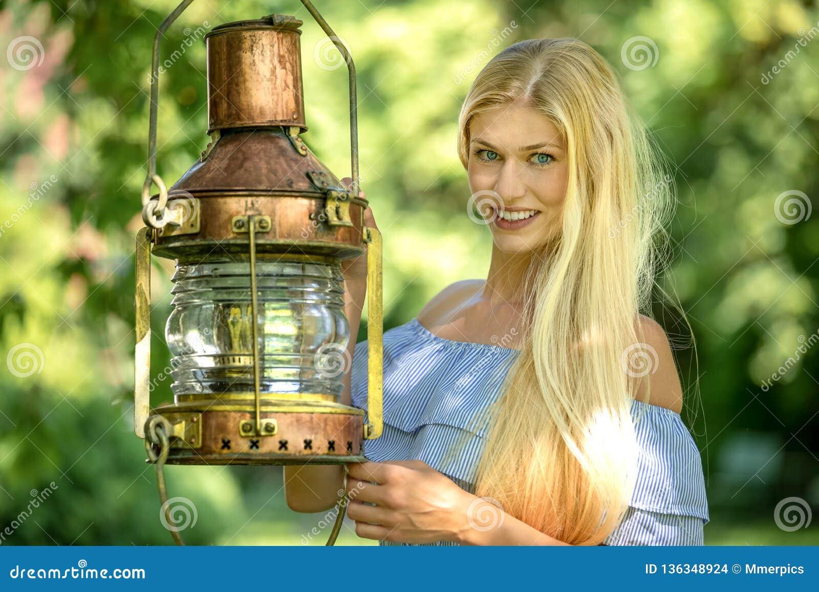 Mujer atractiva en un jardín verde