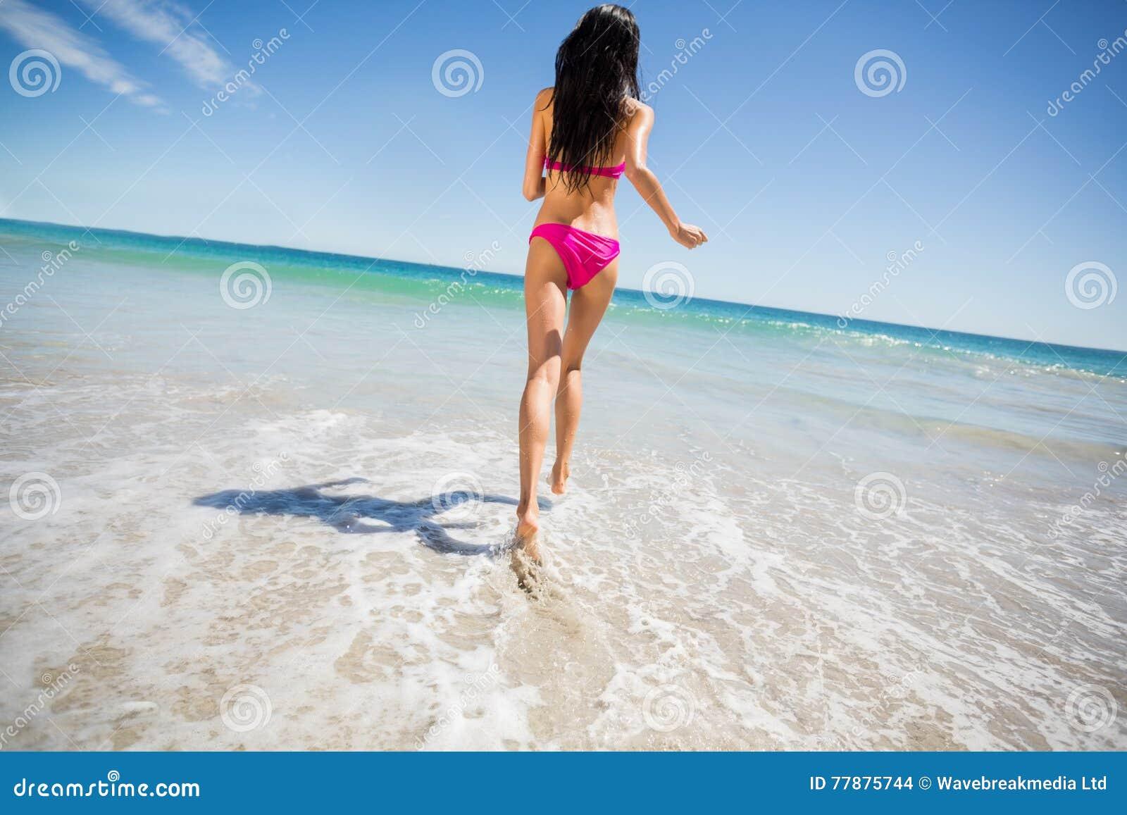 Mujer Atractiva Que Corre En La Playa Foto de archivo