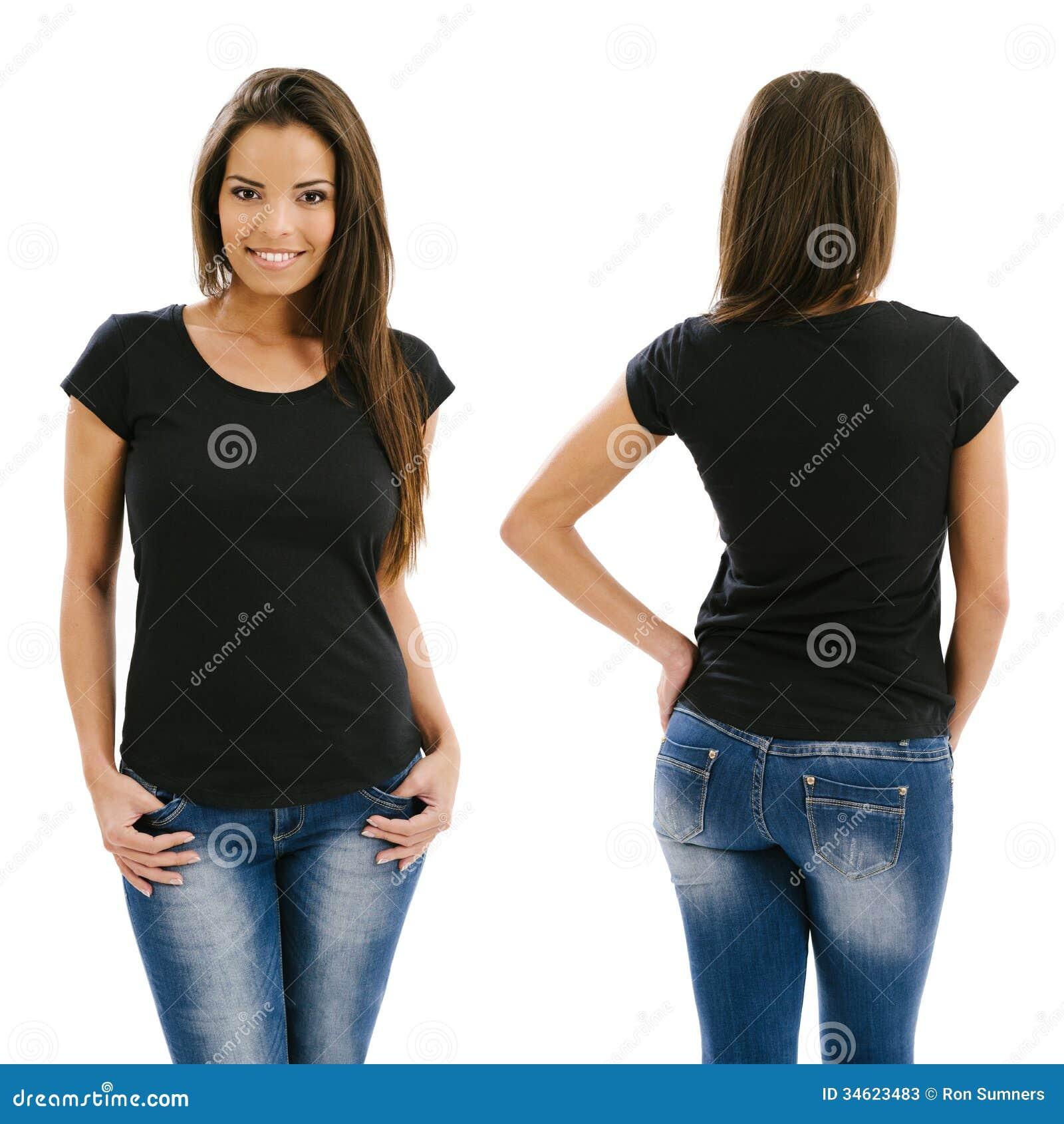 Mujer atractiva que presenta con la camisa negra en blanco