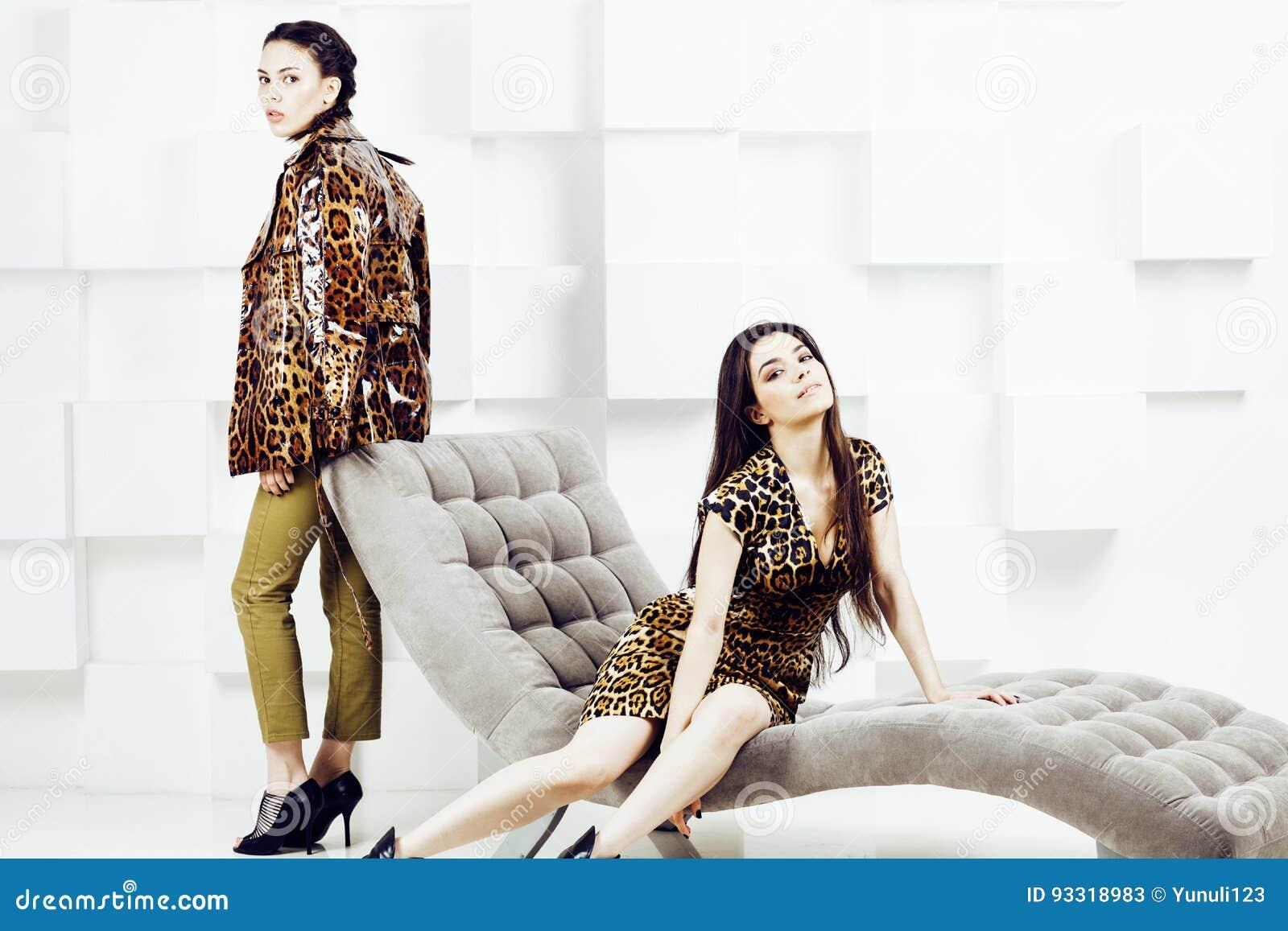 Mujer bastante elegante en vestido de la moda con el estampado leopardo junto en el interior rico de lujo del sitio, concepto de