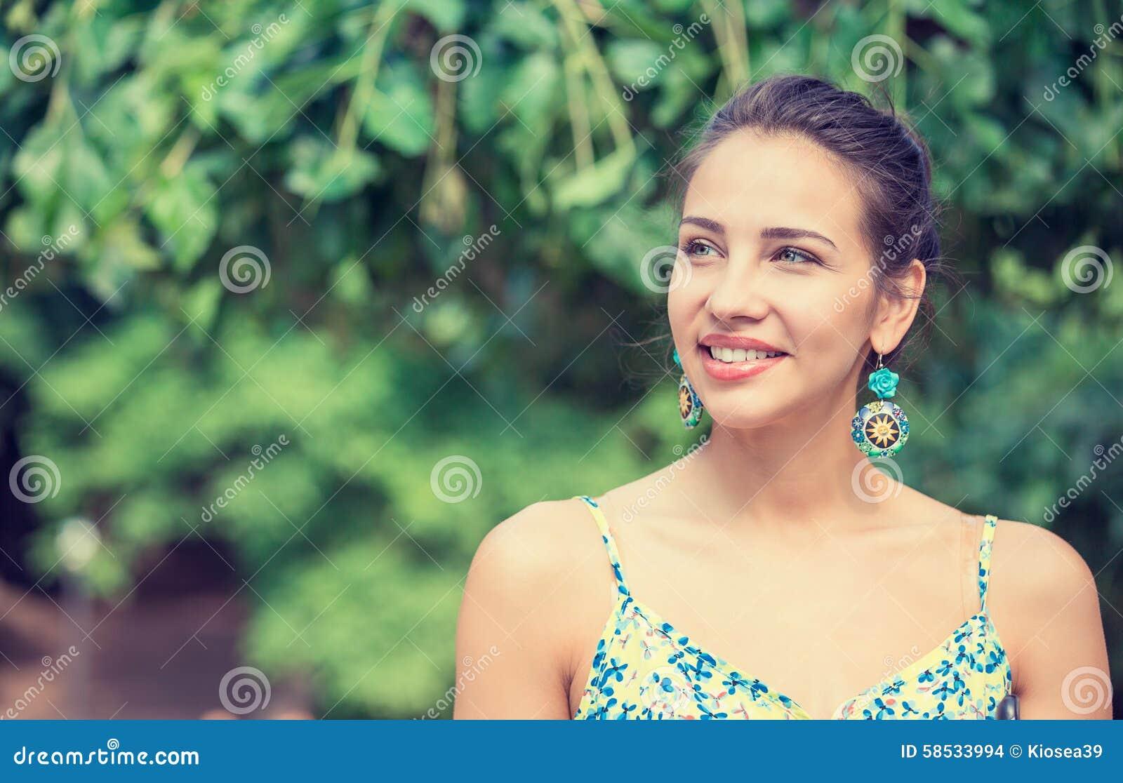 Mujer bastante feliz, sonriendo