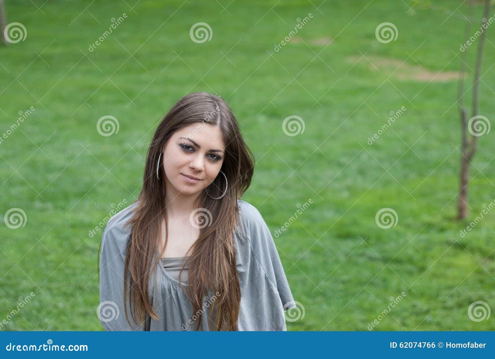 Mujer bastante joven con el pelo largo del bronde
