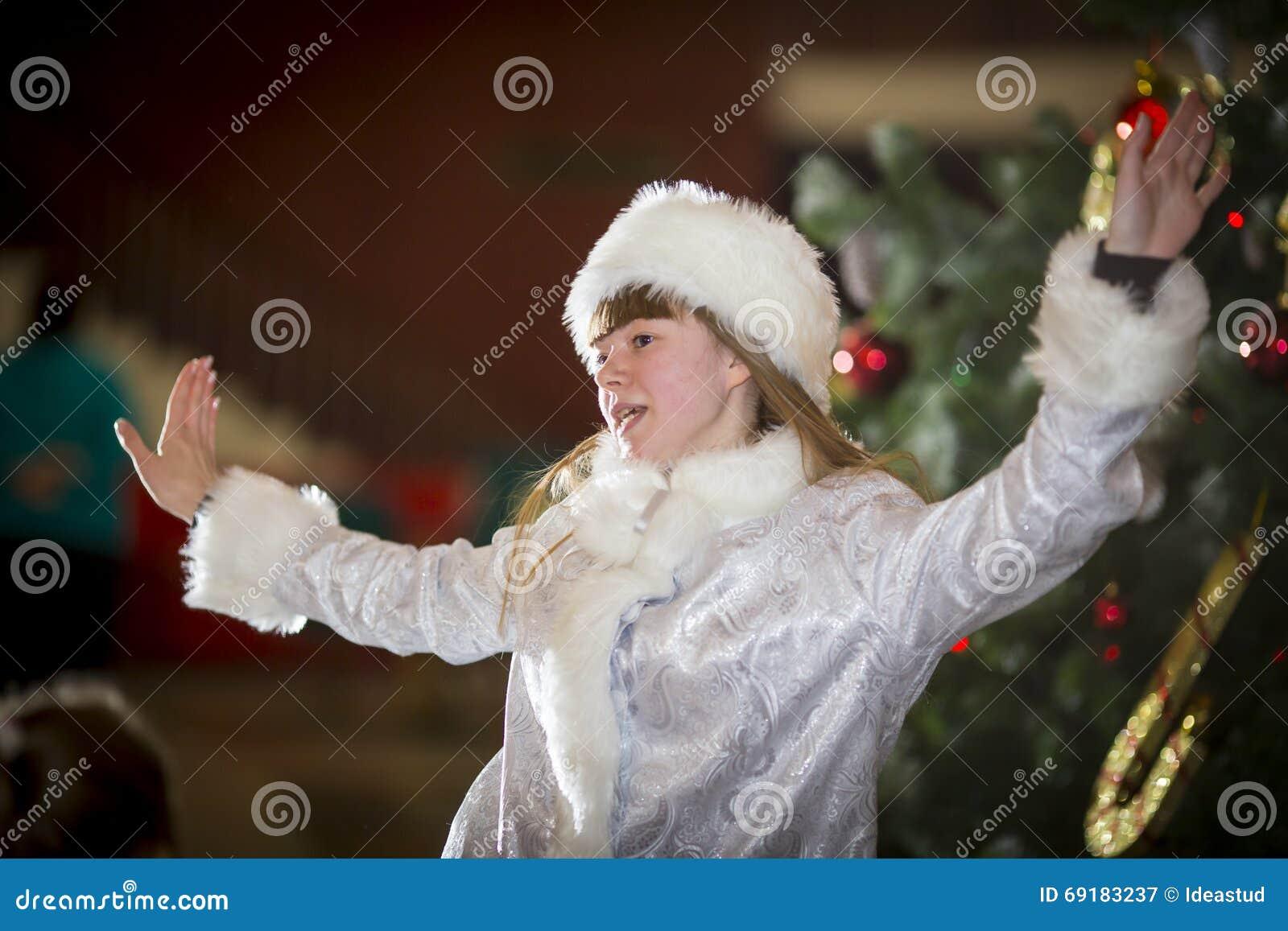 Mujer bastante joven en traje del snegurochka