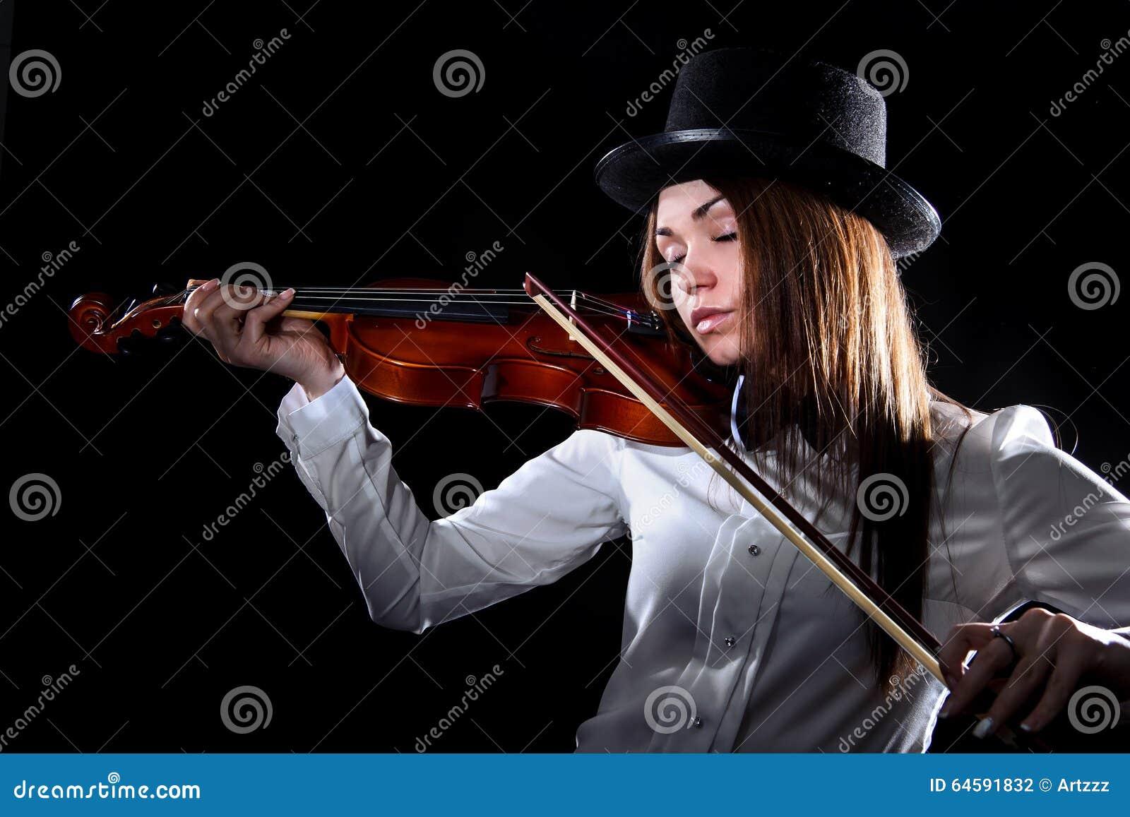 Mujer bastante joven que toca un violín